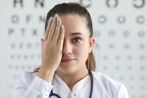 Mooie vrouwelijke oogarts