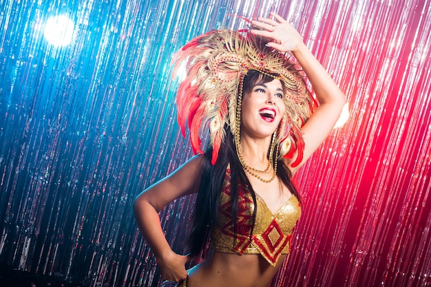 Mooie vrouwelijke samba danseres gouden kostuum dragen