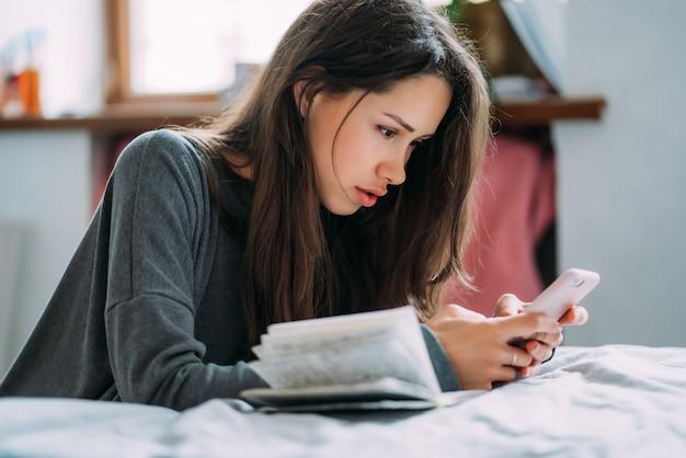 Mooie vrouwelijke student die voor aanstaand onderzoek voorbereidingen treft.