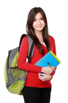 Mooie vrouwelijke student met boeken glimlachen