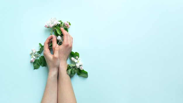 Mooie vrouwelijke tedere handen houden bloemen vast. het concept van handverzorging.