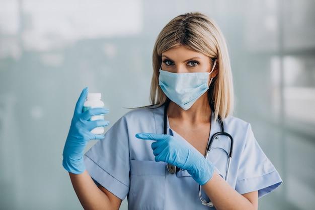 Mooie vrouwelijke therapeut in de kliniek