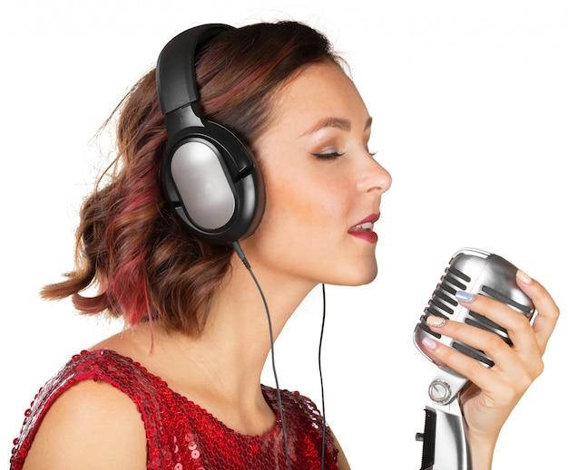 Mooie vrouwelijke zanger die een lied zingt