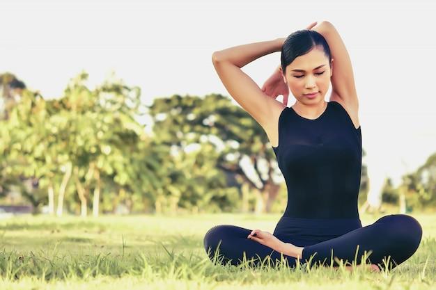 Mooie vrouwen behouden hun gezondheid met yoga-oefeningen.