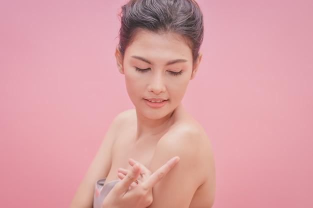 Mooie vrouwen blijven gezond. mooie vrouwen zorgen voor de gezondheid van de huid.