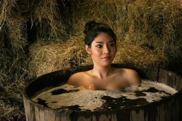 Mooie vrouwen die buiten douchen.