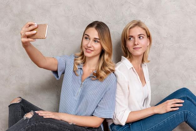 Mooie vrouwen die een selfie nemen