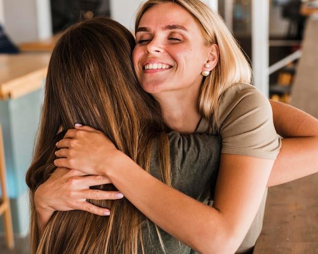 Mooie vrouwen die elkaar omhelzen