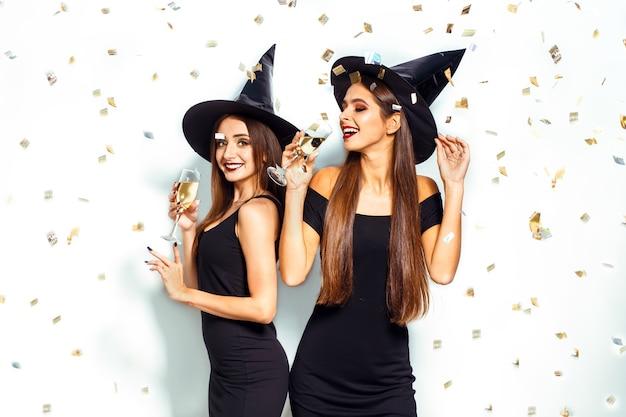 Mooie vrouwen die heksenkostuum dragen voor halloween-feest