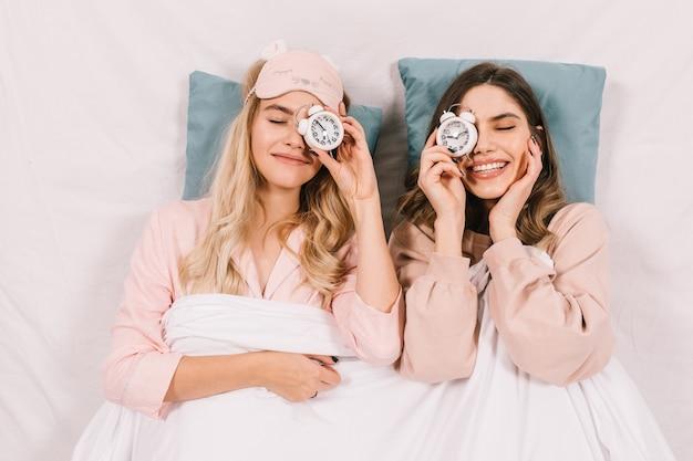 Mooie vrouwen die in bed liggen