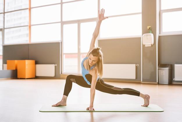 Mooie vrouwen die in gymnastiek uitwerken