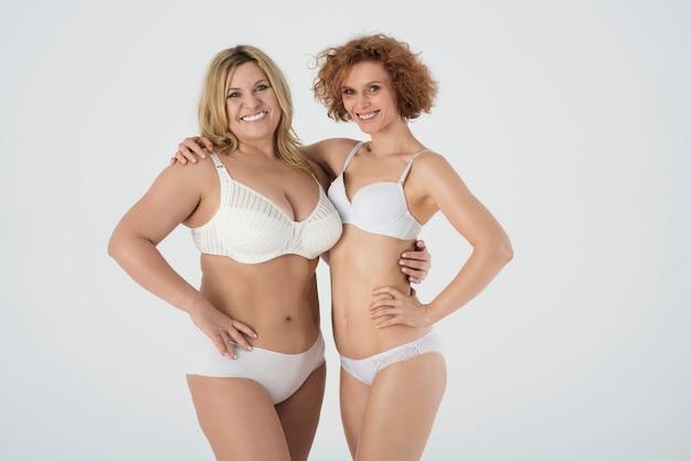 Mooie vrouwen die lingerie dragen en zich op hun gemak voelen