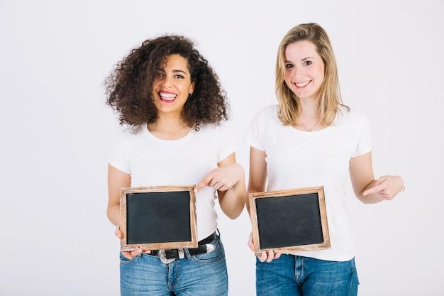 Mooie vrouwen die op schoolborden richten