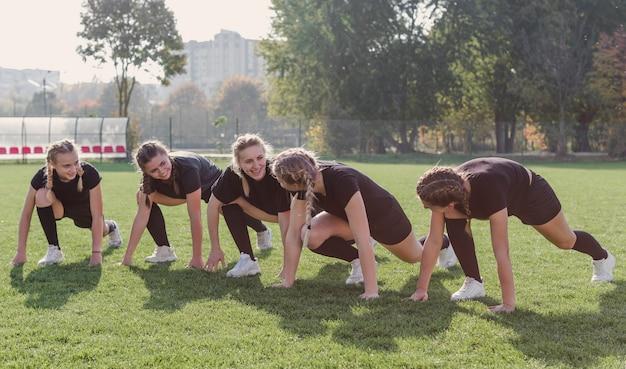 Mooie vrouwen die opdrukoefeningen voorbereidingen treffen te doen