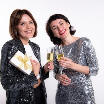 Mooie vrouwen die oudejaarsavond thuis vieren