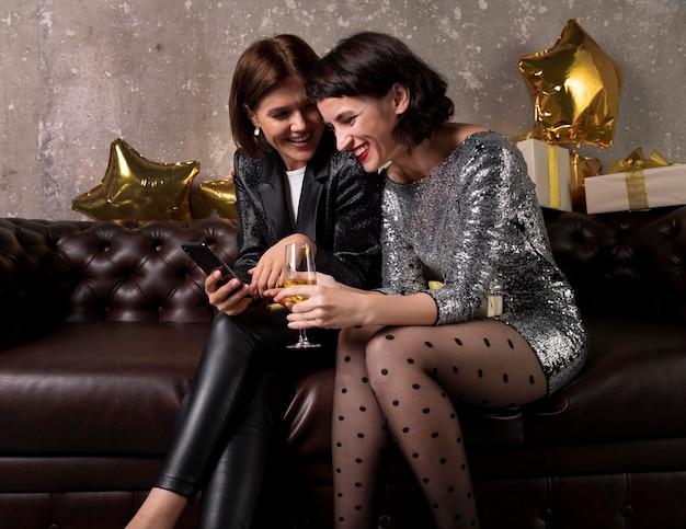 Mooie vrouwen die oudejaarsavond vieren