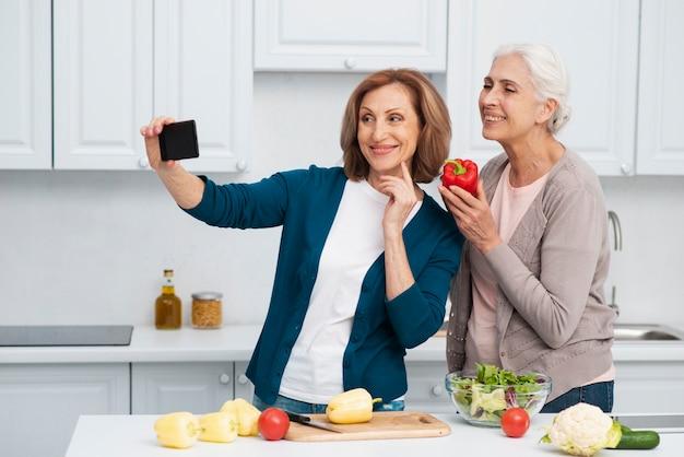 Mooie vrouwen die samen een selfie nemen