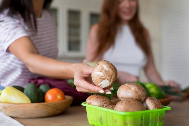 Mooie vrouwen die samen hun diner bereiden