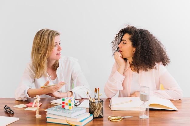 Mooie vrouwen die terwijl het bestuderen spreken