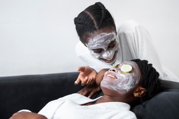 Mooie vrouwen die thuis een gezichtsbehandeling doen