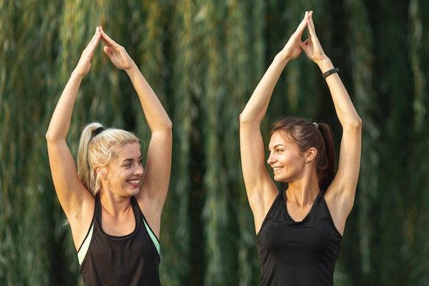 Mooie vrouwen doen yoga-oefeningen