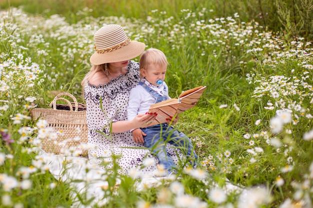 Mooie vrouwen en haar zoon zitten en boek lezen. hoge kwaliteit foto