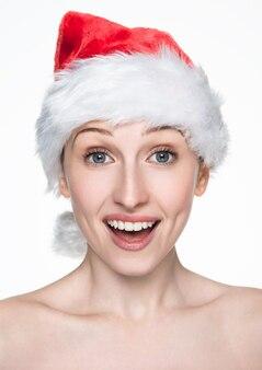 Mooie vrouwen gelukkige kerstmis in santahoed