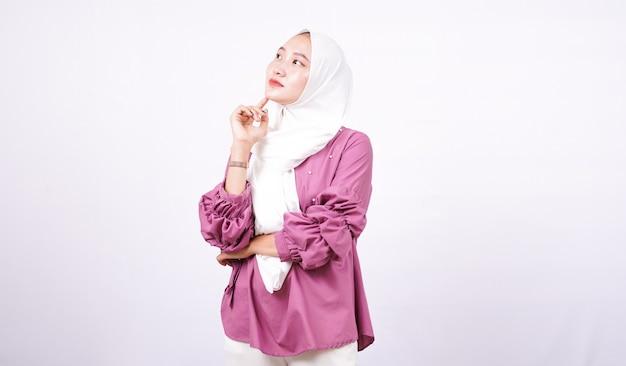 Mooie vrouwen hijab denken geïsoleerde witte achtergrond
