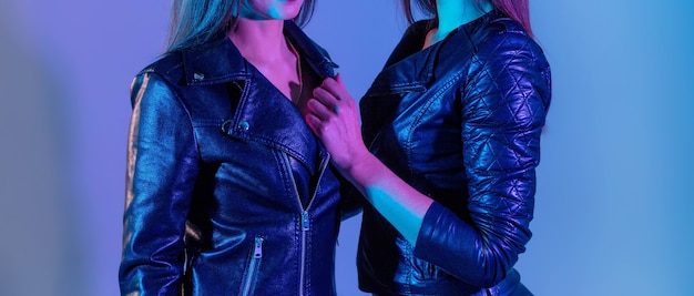 Mooie vrouwen in leren jassen met studiolampen