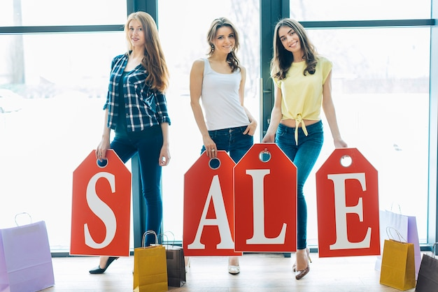 Mooie vrouwen met verkoop schrijven