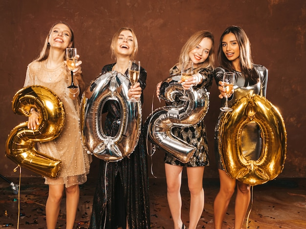 Mooie vrouwen nieuwjaar vieren. gelukkige prachtige meisjes in stijlvolle sexy feestjurken