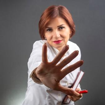 Mooie vrouwen protesteren met de hulp van haar handen tegen haar protest en emoties van ontkenning