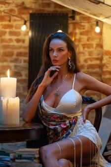 Mooie vrouwen romantische avond met kaarsen