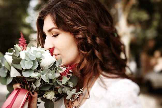 Mooie vrouwen ruikende huwelijksbloemen