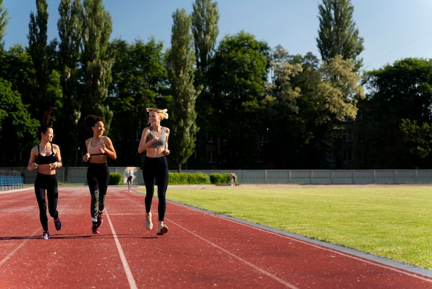 Mooie vrouwen trainen voor een hardloopwedstrijd