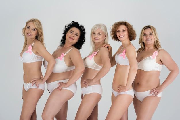 Mooie vrouwen van verschillende vormen en verschillende leeftijden in lingerie