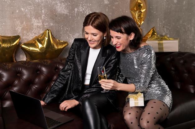 Mooie vrouwen videobellen met vrienden