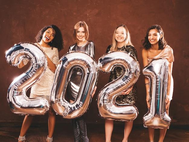 Mooie vrouwen vieren nieuwjaar. gelukkige prachtige vrouw in stijlvol