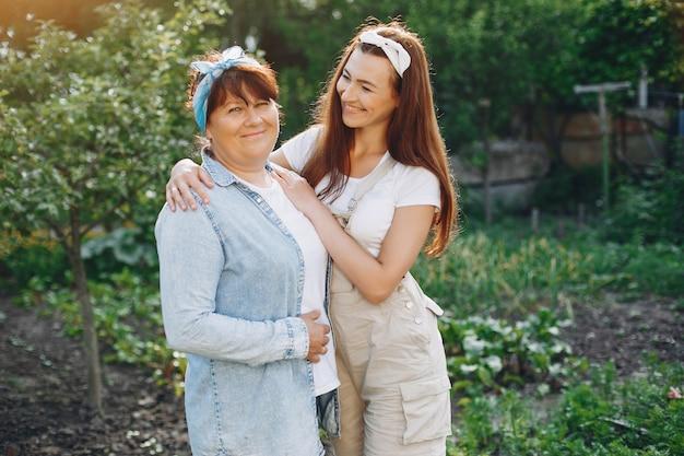 Mooie vrouwen werken in een tuin