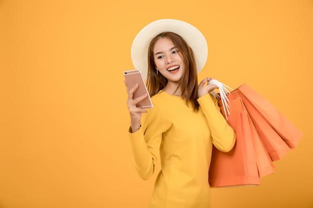 Mooie vrouwen winkelen in de zomer met blauwe papieren zakken