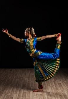 Mooie vrouwendanser van indische klassieke dans bharatanatyam