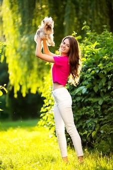 Mooie vrouwengang met hond in het park.