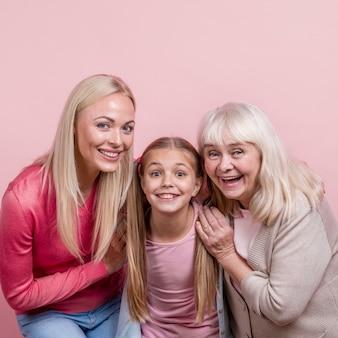 Mooie vrouwengeneratie die grappige gezichten maakt