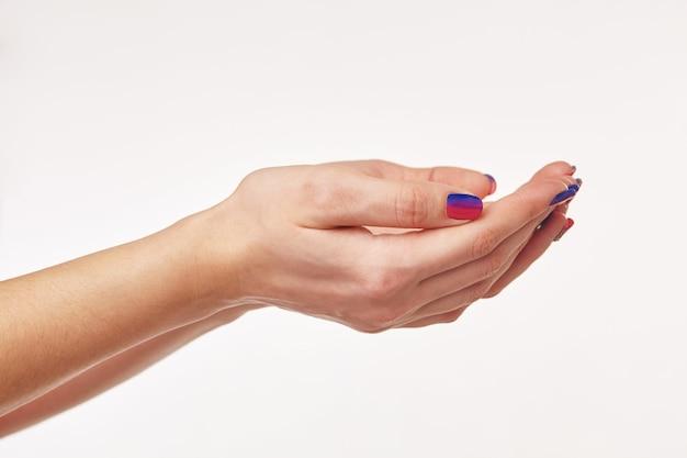 Mooie vrouwenhanden bieden iets moois
