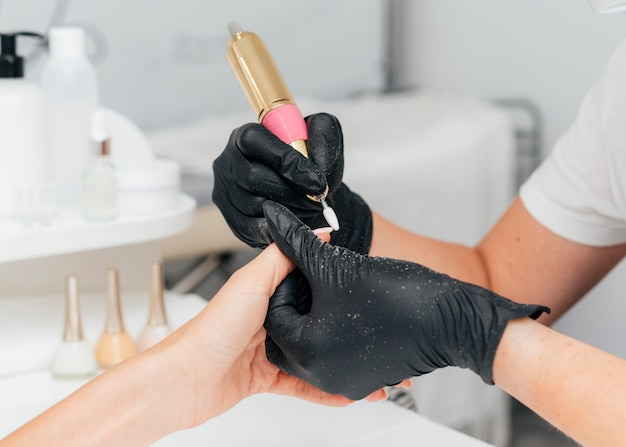 Mooie vrouwenhanden en persoon die handschoenen draagt