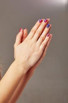 Mooie vrouwenhanden zijn gevouwen om te bidden