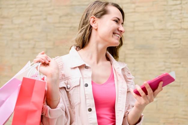 Mooie vrouwenholding het winkelen zakken