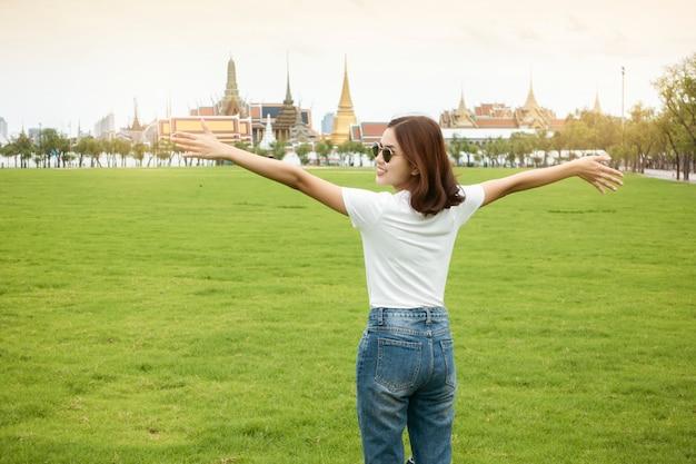 Mooie vrouwenreiziger in bangkok