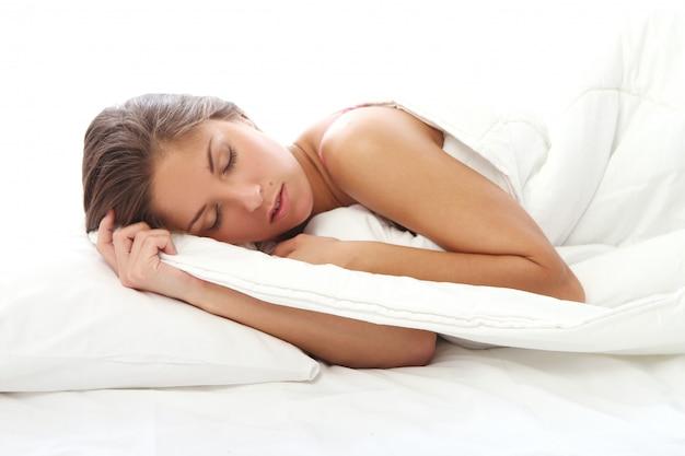 Mooie vrouwenslaap in bed