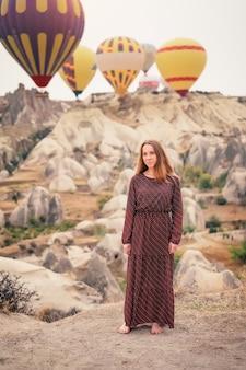 Mooie vrouwentoerist heeft vakantie in cappadocië